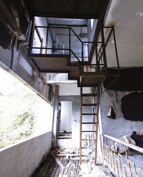 屋上の機械室に出る女性の幽霊